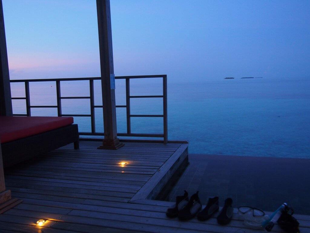 プール付き水上ヴィラからの朝方の景色