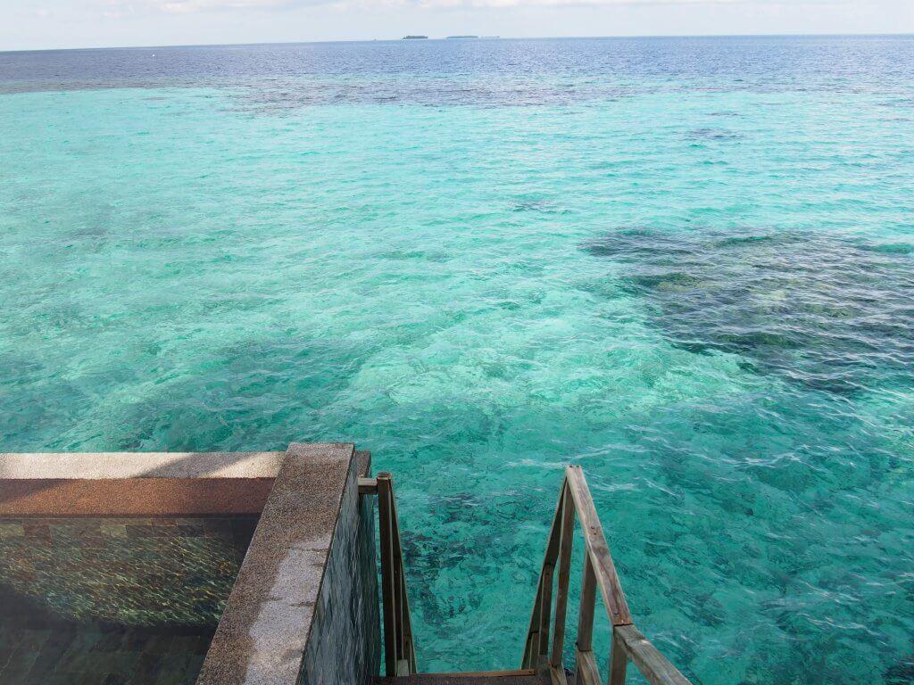モルディブ 水上ヴィラのはしごは結構急です。